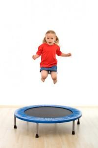 Mädchen spring auf Trampolin