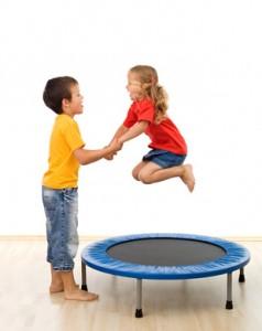 Zwei Kinder haben Spass mit Trampolin