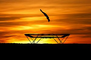 Trampolinspringer bei Sonnenuntergang